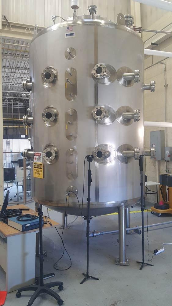 Réacteur chimique avec les fenêtres.